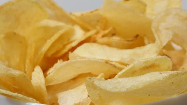 stockvideo's en b-roll-footage met gezouten chips gesneden en gebakken in een kom populair voorgerecht 4k - ongezond leven