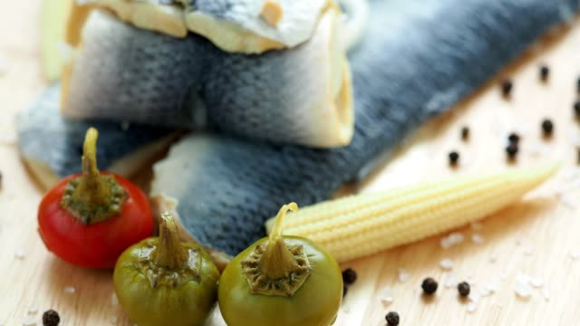 marinerad saltvattenfisk, kall förrätt. sill filé marinerad på trä skärbräda - marinad bildbanksvideor och videomaterial från bakom kulisserna