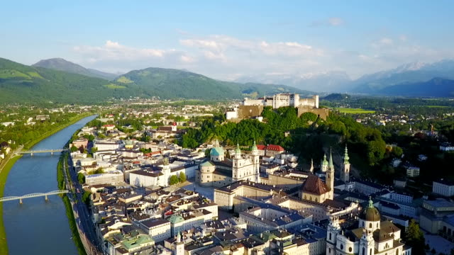 vídeos de stock, filmes e b-roll de vista aérea da cidade de salzburgo - áustria