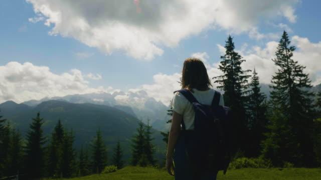 SalzburgerLand Österreich, junge Frau, die Berglandschaft Wandern – Video