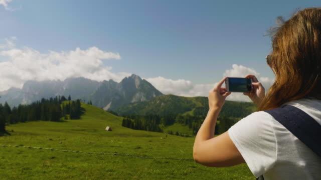 SalzburgerLand Österreich, junge Frau unter Bild Berglandschaft – Video