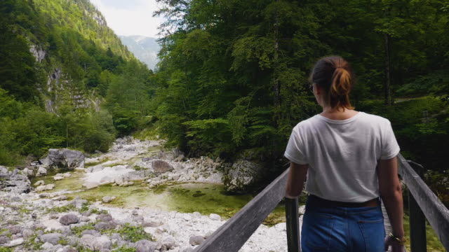 SalzburgerLand Österreich, junge Frau, die zu Fuß auf Brücke dampfenden Fluss Gebirge – Video
