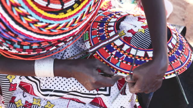 vídeos de stock e filmes b-roll de samburu mulher enfiar esferas - quénia