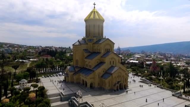 vídeos y material grabado en eventos de stock de catedral de sameba en tbilisi, edificio religioso más grande, atractivo histórico - misa