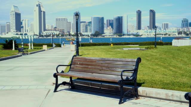 4 k、サンディエゴのスカイライン - ストック ビデオ - ベンチ点の映像素材/bロール
