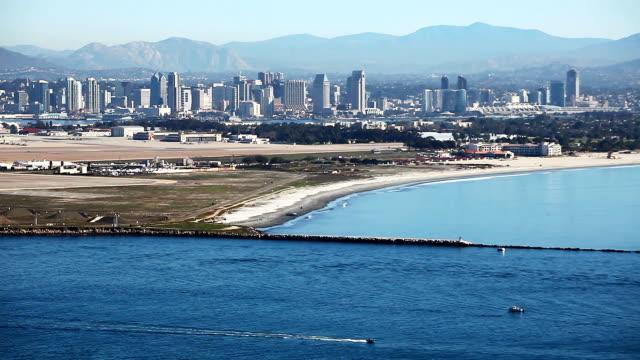skyline di san diego, dell'oceano pacifico in primo piano - antsiranana video stock e b–roll