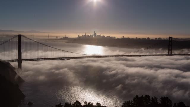vídeos y material grabado en eventos de stock de luz de la mañana de san francisco golden gate bridge bajo niebla - san francisco