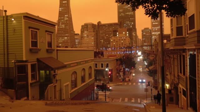 cielo arancione di san francisco durante l'incendio della foresta della california - arancione video stock e b–roll