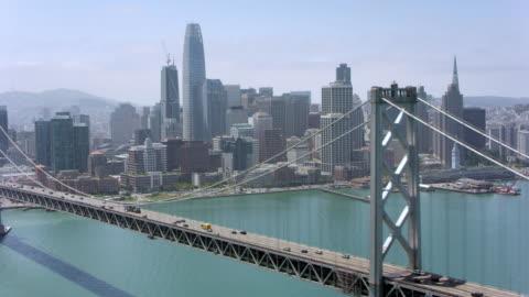 vidéos et rushes de antenne de san francisco-oakland bay bridge en californie - horizon urbain