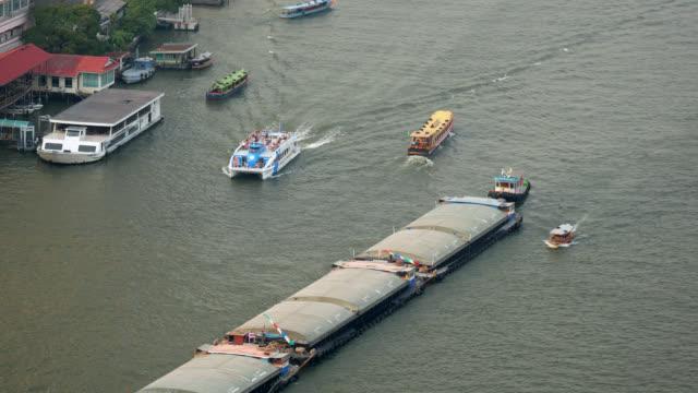 sand boat in chao phraya river, bangkok - fiume chao phraya video stock e b–roll
