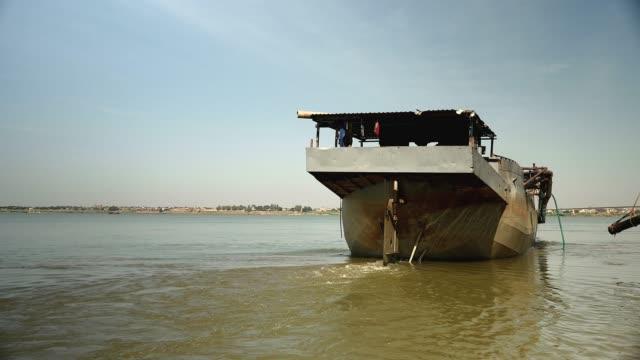 川岸から離れた砂の浚渫船 - はしけ点の映像素材/bロール