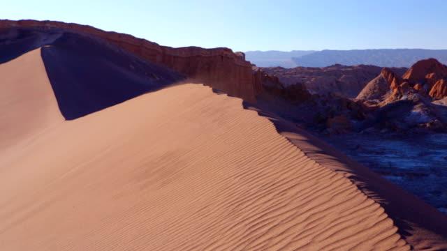 stockvideo's en b-roll-footage met sand dune in valle de la luna, atacama desert, chile - maasvallei