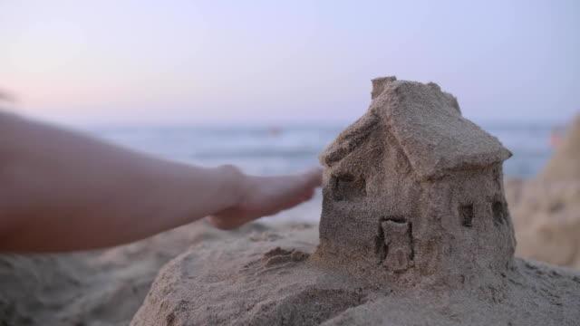 vídeos y material grabado en eventos de stock de modelo de la casa de arena - hipotecas y préstamos