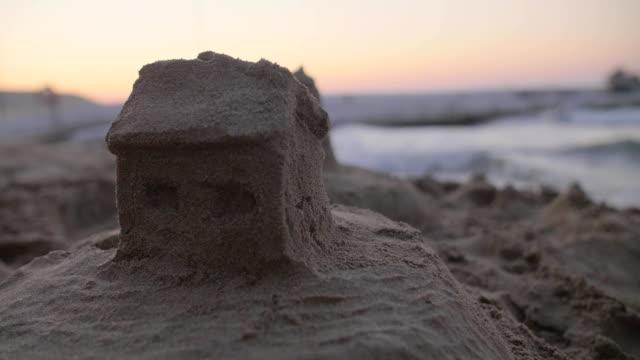 vídeos de stock e filmes b-roll de sand house on the beach - obras em casa janelas