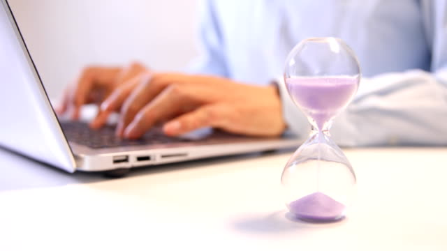 vídeos y material grabado en eventos de stock de reloj de arena con la persona que trabaja - reloj de arena