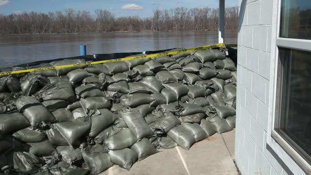 Sandsack Wand bereit für eine große Fluss Hochwasser – Video