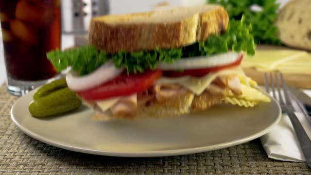 vídeos de stock e filmes b-roll de sanduíche cair em câmara lenta - sanduíche