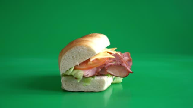 녹색 화면에 샌드위치 햄 - burger and chicken 스톡 비디오 및 b-롤 화면
