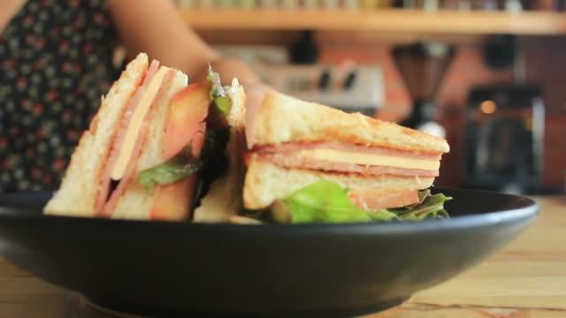 vídeos de stock e filmes b-roll de sanduíche no café - sanduíche