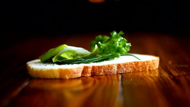 smörgås med fräsch sallad och gröna och korv - cheese sandwich bildbanksvideor och videomaterial från bakom kulisserna
