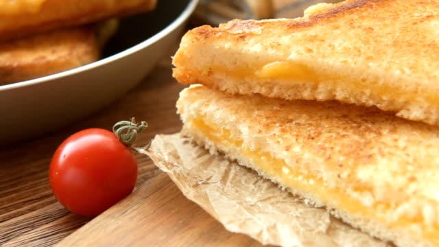 smörgåsar till frukost med mozzarella - cheese sandwich bildbanksvideor och videomaterial från bakom kulisserna