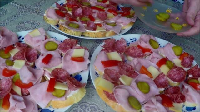 panini (canapé) del salame su un piatto - formaggio spalmabile video stock e b–roll