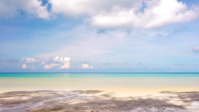 vídeos de stock, filmes e b-roll de praia, paraíso, como o céu cheio de nuvens. destinos de viagem - férias na praia
