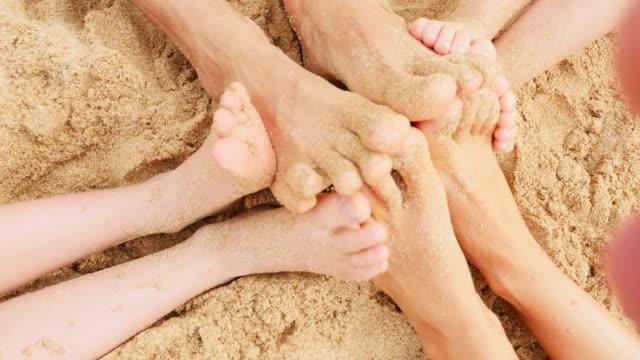 sandy piedi giocano nella sabbia - dito del piede video stock e b–roll