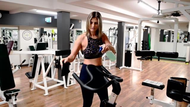 desontisierung von trainingsgeräten - fitnessausrüstung stock-videos und b-roll-filmmaterial