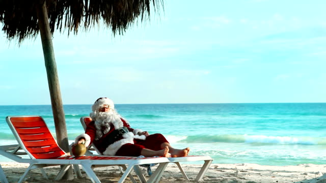 santa beach resort - babbo natale video stock e b–roll