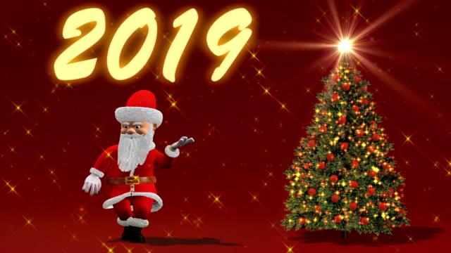 サンタ クロースがクリスマス ツリーのそばで踊っています。クリスマスと新年のコンセプトです。シームレスなループ。 - 十二月点の映像素材/bロール