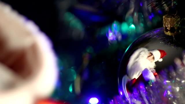 santa claus mit weihnachtsgeschenke - nikolaus stiefel stock-videos und b-roll-filmmaterial