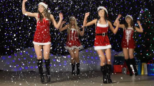 """santa helper-tanz und mit schild'happy new year"""" - nikolaus stiefel stock-videos und b-roll-filmmaterial"""