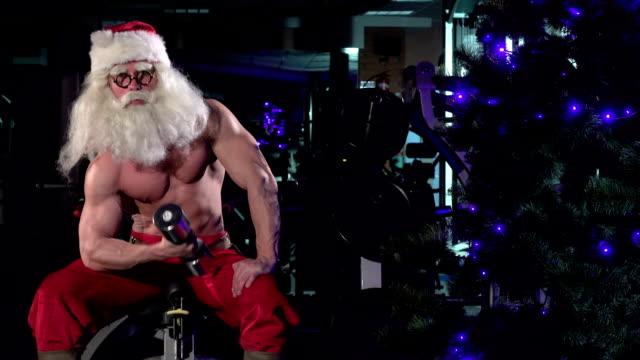 vídeos y material grabado en eventos de stock de santa en un gimnasio biceps del entrenamiento 004 - entrenamiento con pesas