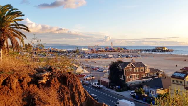 vídeos de stock e filmes b-roll de santa monica pacific coast highway, pier and houses - california - estrada 001