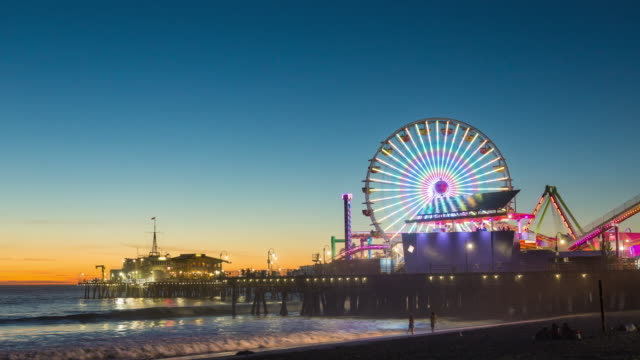santa monica pier ferris wheel, california dusk timelapse - molo video stock e b–roll