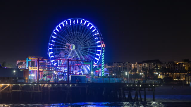 santa monica pier, pacific park california ferris wheel night timelapse - колесо обозрения стоковые видео и кадры b-roll