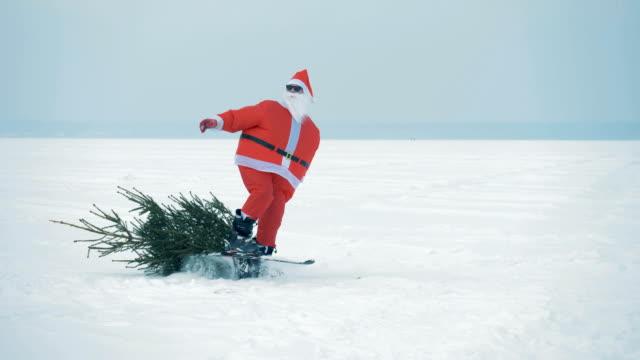 サンタスキーとクリスマスツリー、側面図をドラッグします。 - サンタの帽子点の映像素材/bロール