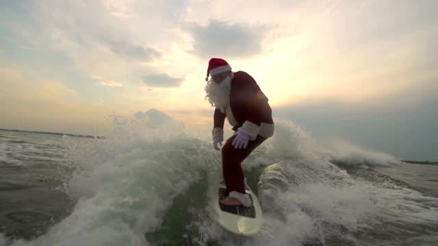 santa surfboarding - babbo natale video stock e b–roll