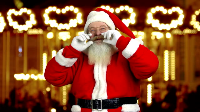 サンタ彼のひげを触れます。 - サンタの帽子点の映像素材/bロール