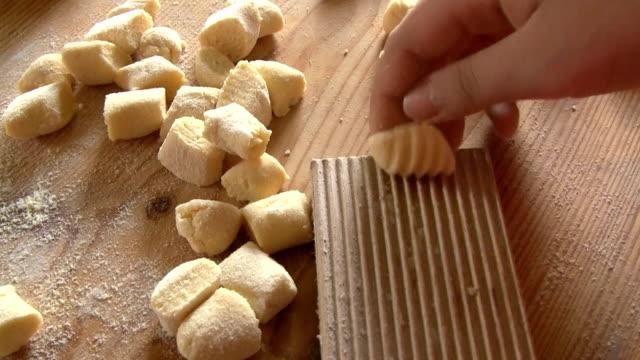 vídeos de stock, filmes e b-roll de bolinhos de massa da sardenha - comida italiana
