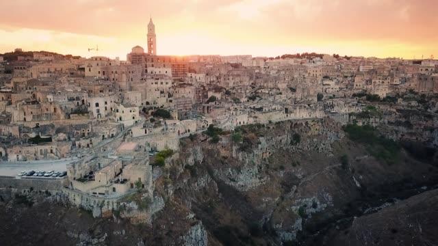stockvideo's en b-roll-footage met stenen van matera bij zonsondergang - blue sky