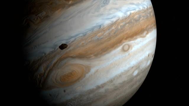 satellite amalthea, jupiter v, orbiting around jupiter planet - jowisz filmów i materiałów b-roll