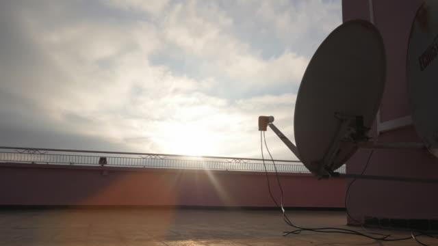 vídeos de stock, filmes e b-roll de antena parabólica timelapse 4k nublado - antena parabólica