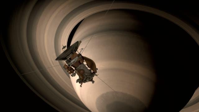 satelita cassini zbliża się do saturna. cassini huygens – bezzałogowy statek kosmiczny wysłany na planetę saturn. animacja cg. elementy tego filmu dostarczonego przez nasa. - badawczy statek kosmiczny filmów i materiałów b-roll