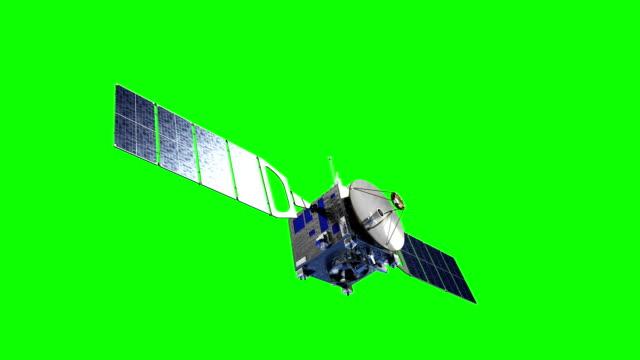 satellit setzt sonnenkollektoren. green-screen. - satellit stock-videos und b-roll-filmmaterial