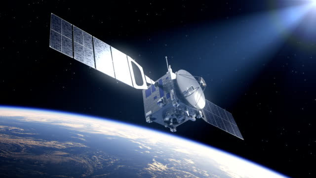 satellite deploys solarzellen im die strahlen der sonne - satellit stock-videos und b-roll-filmmaterial