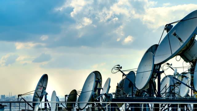 tidsfördröjning för satellit skålen 4k - satellit bildbanksvideor och videomaterial från bakom kulisserna