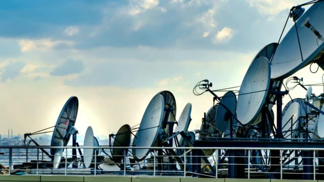 vídeos de stock, filmes e b-roll de lapso de tempo de 4k de prato satélite - antena parabólica