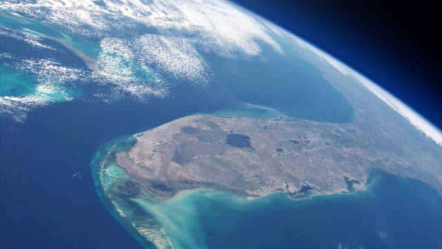 satellit, der über dem planeten erde fliegt. nasa public domain imagery - blickwinkel der aufnahme stock-videos und b-roll-filmmaterial